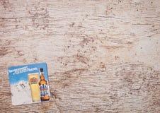 ЛОНДОН, ВЕЛИКОБРИТАНИЯ - 22-ОЕ МАРТА 2018: Каботажное судно beermat пива Coors Light на древесине Стоковое Фото