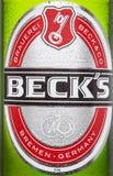 ЛОНДОН, ВЕЛИКОБРИТАНИЯ - 15-ОЕ МАРТА 2017: Логотип бутылки близкий поднимающий вверх пива Бек на белой предпосылке Винзавод Бек б Стоковые Фото