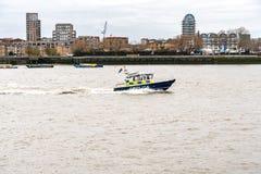 Лондон, Великобритания - 5-ое марта 2019: Река Темза Лондон Англия Великобритания сторожевого катера полиции морское стоковые фотографии rf