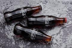 ЛОНДОН, ВЕЛИКОБРИТАНИЯ - 22-ОЕ МАРТА 2018: Стеклянные бутылки классической соды кока-колы выпивают с диетой и zero колой на камне Стоковое фото RF