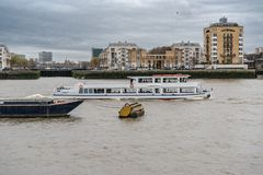 Лондон, Великобритания - 5-ое марта 2019: Туристская шлюпка на реке Темза Лондоне Англии Великобритании стоковые фотографии rf