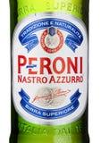 ЛОНДОН, ВЕЛИКОБРИТАНИЯ - 15-ОЕ МАРТА 2017: Холодный конец бутылки вверх по логотипу пива Peroni Основанный n городок Vigevano, Ит стоковое изображение