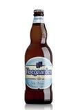 ЛОНДОН, ВЕЛИКОБРИТАНИЯ - 29-ОЕ МАЯ 2017: Бутылка пива пшеницы Hoegaarden бельгийского на белизне Бельгия и производитель известно Стоковая Фотография