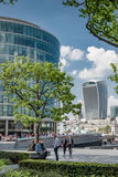 ЛОНДОН, ВЕЛИКОБРИТАНИЯ - 12-ОЕ МАЯ 2016: Работники офиса принимают пролом в su Стоковые Изображения