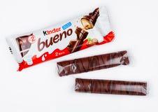 ЛОНДОН, Великобритания - 17-ое ноября 2017: Более добросердечное bueno шоколада на белизне Более добросердечные бары произведены  стоковые фотографии rf