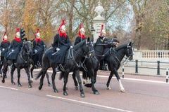 ЛОНДОН, ВЕЛИКОБРИТАНИЯ - 25-ОЕ НОЯБРЯ 2018: Конногвардейский полк известного ферзя Лондона Спина лошади около Букингемского дворц стоковое фото rf