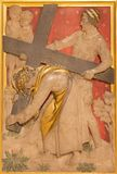 ЛОНДОН, ВЕЛИКОБРИТАНИЯ - 17-ОЕ СЕНТЯБРЯ 2017: Иисус помогается Simon Cyrene снести его крест в церков стоковое изображение rf