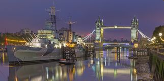 ЛОНДОН, ВЕЛИКОБРИТАНИЯ - 17-ОЕ СЕНТЯБРЯ 2017: Панорама моста башни и крейсера Белфаста на сумраке Стоковые Изображения RF