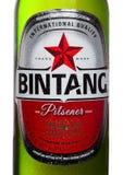 ЛОНДОН, ВЕЛИКОБРИТАНИЯ - 24-ОЕ СЕНТЯБРЯ 2017: Разлейте ярлык по бутылкам пива лагера Bintang индонезийца изолированного на белизн Стоковое Фото