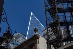 Лондон, Великобритания - 2-ое сентября 2018: Район Лондона города финансовый Лестницы пожарной лестницы на фронте стоковое изображение rf