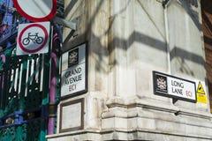 ЛОНДОН, ВЕЛИКОБРИТАНИЯ - 16-ОЕ ФЕВРАЛЯ: Деталь улицы подписывает внутри Smithfield m Стоковая Фотография