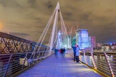 Лондон, Великобритания, 17-ое февраля 2018: долгая выдержка людей идя и принимая фото на юбилее ` s ферзя золотом Стоковая Фотография