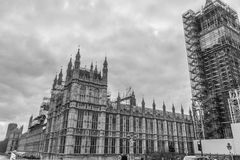 Лондон, Великобритания, 17-ое февраля 2018: Конструкция repain моста Вестминстера и большого ben с домом  Стоковое Изображение RF