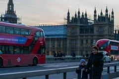 Лондон, Великобритания, 17-ое февраля 2018: Конструкция repain моста Вестминстера и большого ben с домом  Стоковая Фотография