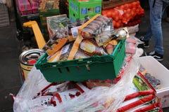 ЛОНДОН, Великобритания - 16-ое февраля 2018: Работник доставляющий покупки на дом разгржая товары для китайского ресторана в Чайн стоковые фото