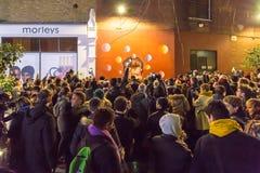 ЛОНДОН, ВЕЛИКОБРИТАНИЯ - 11-ОЕ ЯНВАРЯ 2016: Вентиляторы оплачивая дань к David Bowie после его смерти Стоковое Фото
