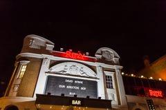 ЛОНДОН, ВЕЛИКОБРИТАНИЯ - 11-ОЕ ЯНВАРЯ 2016: Вентиляторы оплачивая дань к David Bowie после его смерти Стоковая Фотография RF