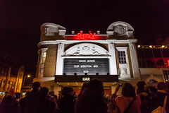 ЛОНДОН, ВЕЛИКОБРИТАНИЯ - 11-ОЕ ЯНВАРЯ 2016: Вентиляторы оплачивая дань к David Bowie после его смерти Стоковые Фото
