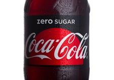 ЛОНДОН, ВЕЛИКОБРИТАНИЯ - 24-ОЕ ЯНВАРЯ 2018: Ярлык бутылки zero кока-колы на белизне Кока-кола один из самых популярных продуктов  Стоковые Фотографии RF