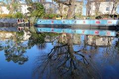 ЛОНДОН, ВЕЛИКОБРИТАНИЯ: Отражения в меньшей Венеции Стоковое Фото