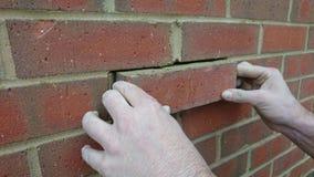 Лондон Великобритания 18/10/2017 Починка каменщика новый кирпич в стене нового дома Стоковое Изображение RF