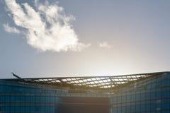 Лондон, Великобритания - 3-ье декабря 2006: Солнце освещает контржурным светом над стеклянной и стальной крышей офисных зданий стоковые изображения rf