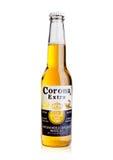 ЛОНДОН, ВЕЛИКОБРИТАНИЯ - 23-ье октября 2016: Бутылка пива короны дополнительного на белизне Корона, произведенная Grupo Modelo с  стоковое фото rf