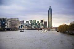 ЛОНДОН, Великобритания - взгляд 5-ое апреля 2014 от реки Темзы на новом envelopment Челси, одной из самой дорогой арии, который ну стоковое фото