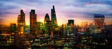 ЛОНДОН, город взгляда Лондона на заходе солнца включает небоскребы арии дела на заходе солнца Великобритания стоковая фотография rf