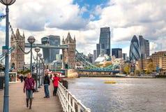 ЛОНДОН, город моста Лондона и башни от моста башни Стоковая Фотография RF