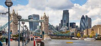 ЛОНДОН, город моста Лондона и башни от моста башни Стоковые Фото