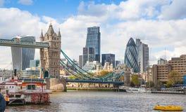 ЛОНДОН, город моста Лондона и башни от моста башни Стоковые Изображения
