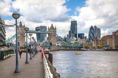 ЛОНДОН, город моста Лондона и башни от моста башни Стоковое Изображение