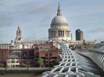 Лондон, крупный план на мосте тысячелетия и St Paul стоковые фотографии rf