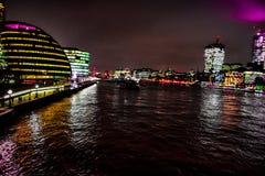 Лондон к ночь, прогулка в thames стоковое фото