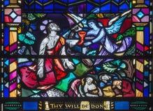 Лондон - молитва Иисуса в Gethsemane gareden на цветном стекле в St Etheldreda церков стоковые фотографии rf