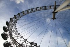 Лондон наблюдает с голубым небом в предпосылке стоковое изображение