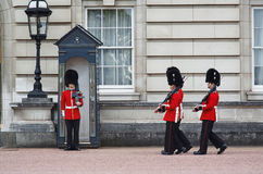 ЛОНДОН - 8-ОЕ АВГУСТА 2015: Изменять предохранителя в Букингемском дворце Стоковые Фотографии RF