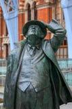 ЛОНДОН - 20-ОЕ ДЕКАБРЯ: Статуя господина Джона Betjeman на дисплее на St Стоковая Фотография