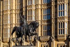 ЛОНДОН - 9-ОЕ ДЕКАБРЯ: Статуя Ричарда i вне домов Parliame Стоковые Изображения
