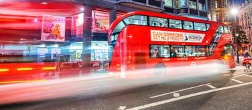 ЛОНДОН - 11-ОЕ ИЮНЯ 2015: Движение и туристы ночи в правящем Str Стоковая Фотография