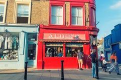 ЛОНДОН - 14-ОЕ ИЮНЯ 2015: Здания дороги Portobello в Notting Стоковые Фотографии RF
