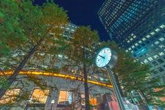 ЛОНДОН - 14-ОЕ ИЮНЯ 2015: Света канереечных зданий причала на почти Стоковые Изображения
