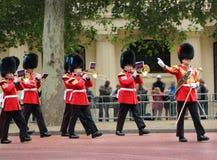 ЛОНДОН - 2-ОЕ ИЮНЯ: Солдат ферзя на параде репетиции дня рождения ферзя Стоковая Фотография RF
