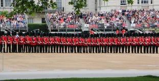ЛОНДОН - 2-ОЕ ИЮНЯ: Солдат ферзя на параде репетиции дня рождения ферзя Стоковые Фотографии RF