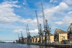 ЛОНДОН - 25-ОЕ ИЮНЯ: Старые краны причала наряду с портовым районом de Стоковые Фотографии RF