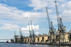 ЛОНДОН - 25-ОЕ ИЮНЯ: Старые краны причала наряду с портовым районом de Стоковые Фото
