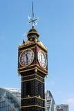 ЛОНДОН - 13-ОЕ МАРТА: Маленькое Бен вне автобусной станции Виктории в Lon Стоковое Фото