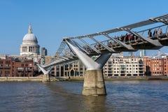 ЛОНДОН - 13-ОЕ МАРТА: Собор моста и St Pauls тысячелетия в Lo Стоковая Фотография RF