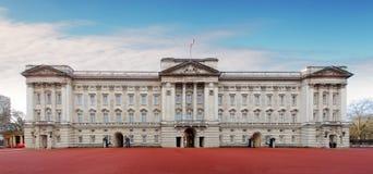 ЛОНДОН - 10-ОЕ ЯНВАРЯ: Букингемский дворец изображенный 10-ого,20 января стоковое изображение